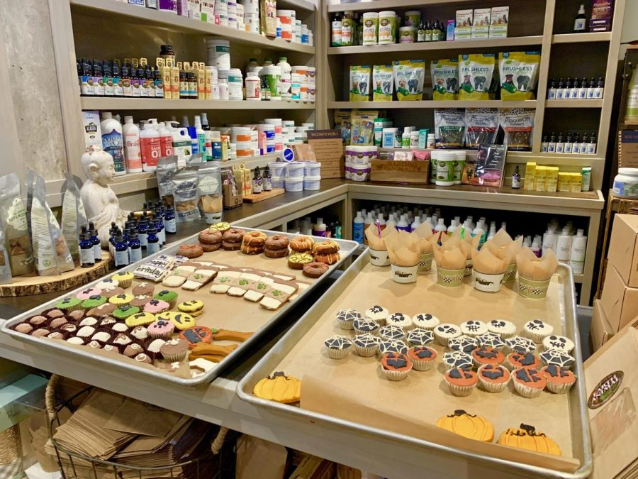 Earth+animal+offers+an+array+of+healthy+items+for+many+pets%2C+and+people+from+all+around+the+neighborhood+shop+there.+The+store+sells+many+different+foods%2C+treats+and+toiletries+designed+to+benefit+a+pet%E2%80%99s+health.+Photo+by+Abbie+Goldstein+%2722.