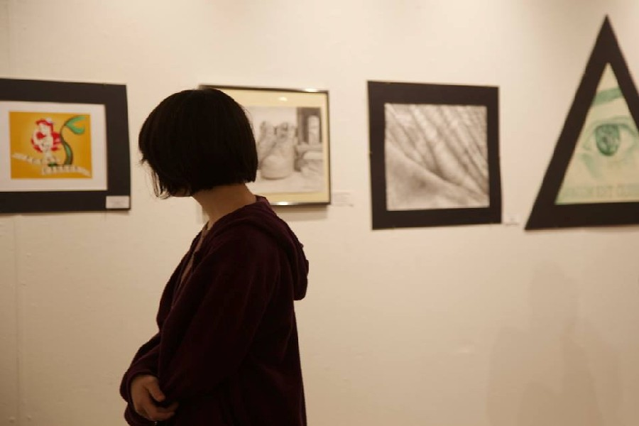 Onlookers+passed+through+to+admire+the+outstanding+artistic+talent+of++the+students.+