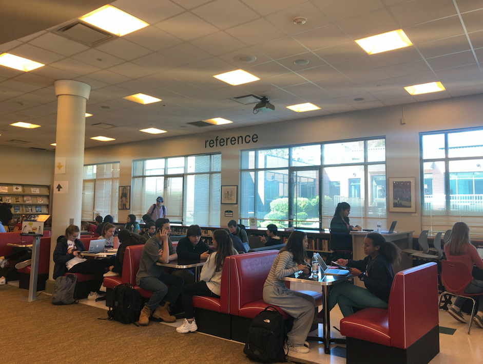 Friday fun day is a weekly event that takes place in the Staples library on Fridays during lunch waves. However, there has been some controversy as to if the library is the appropriate place to endorse potentially distracting behavior.