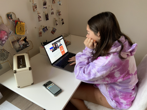 Stevie Michaels '22 researches information regarding the online Jingle Ball, which several media outlets are currently covering. Micheals is looking at Entertainment Tonight online.