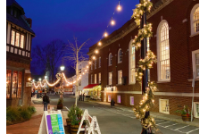 Downtown Westport fills the streets with holiday lights, wreaths and other cheerful decorations to celebrate the upcoming holidays. Outside Amis Trattoria, these decorations are wrapped around lamp posts and lights are hung along the sidewalk.