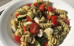 Pasta salad caters to different tastes as different ingredients can be swapped out for those of your choice. For example, adding beans or chickpeas can make this a high-protein dish. You can also play around with using different vegetables, cheeses and dressings.